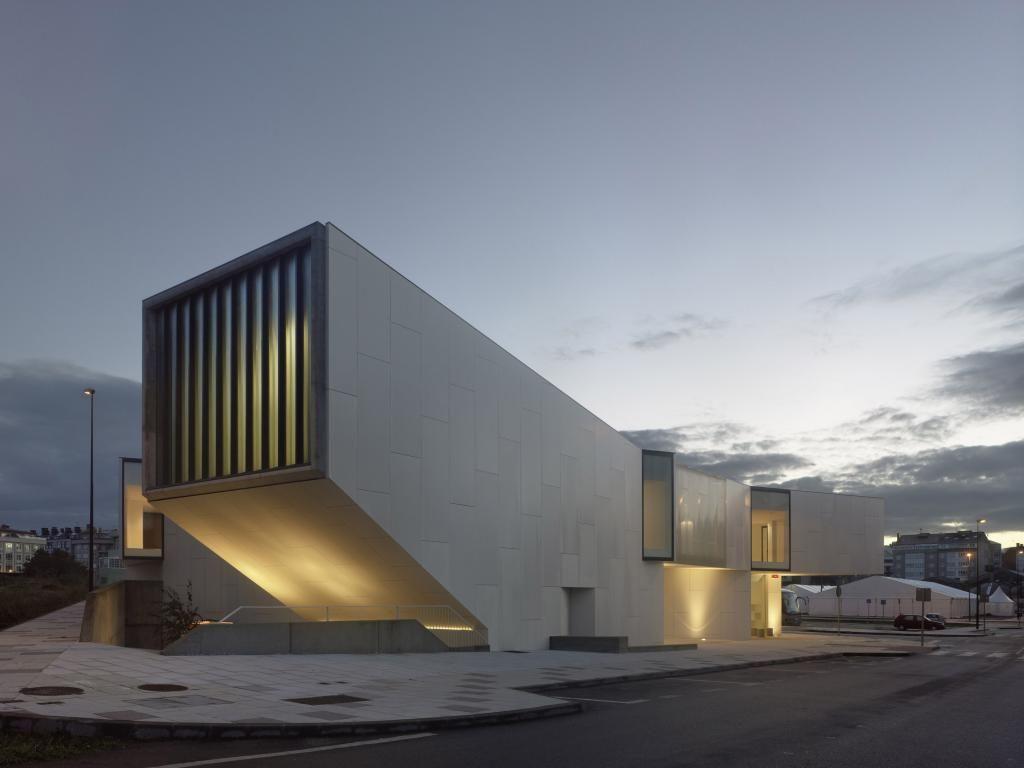 Mediateca de Carballo - Proyecto de equipamiento en medio de un Suelo Urbano No Consolidado. Más info http://arqa.com/arquitectura/mediateca-de-carballo.html arquitectura | internacional | architecture
