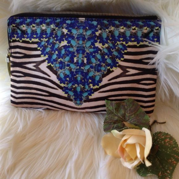 Stella & Dot Cosmetic Case Stella & Dot bag is perfect to put makeup in or anything you need to carry!   Zebra stripes and blue-green flowers. This has been used one time to travel to Arizona for my son's wedding. Perfect Condition Stella & Dot Bags Cosmetic Bags & Cases