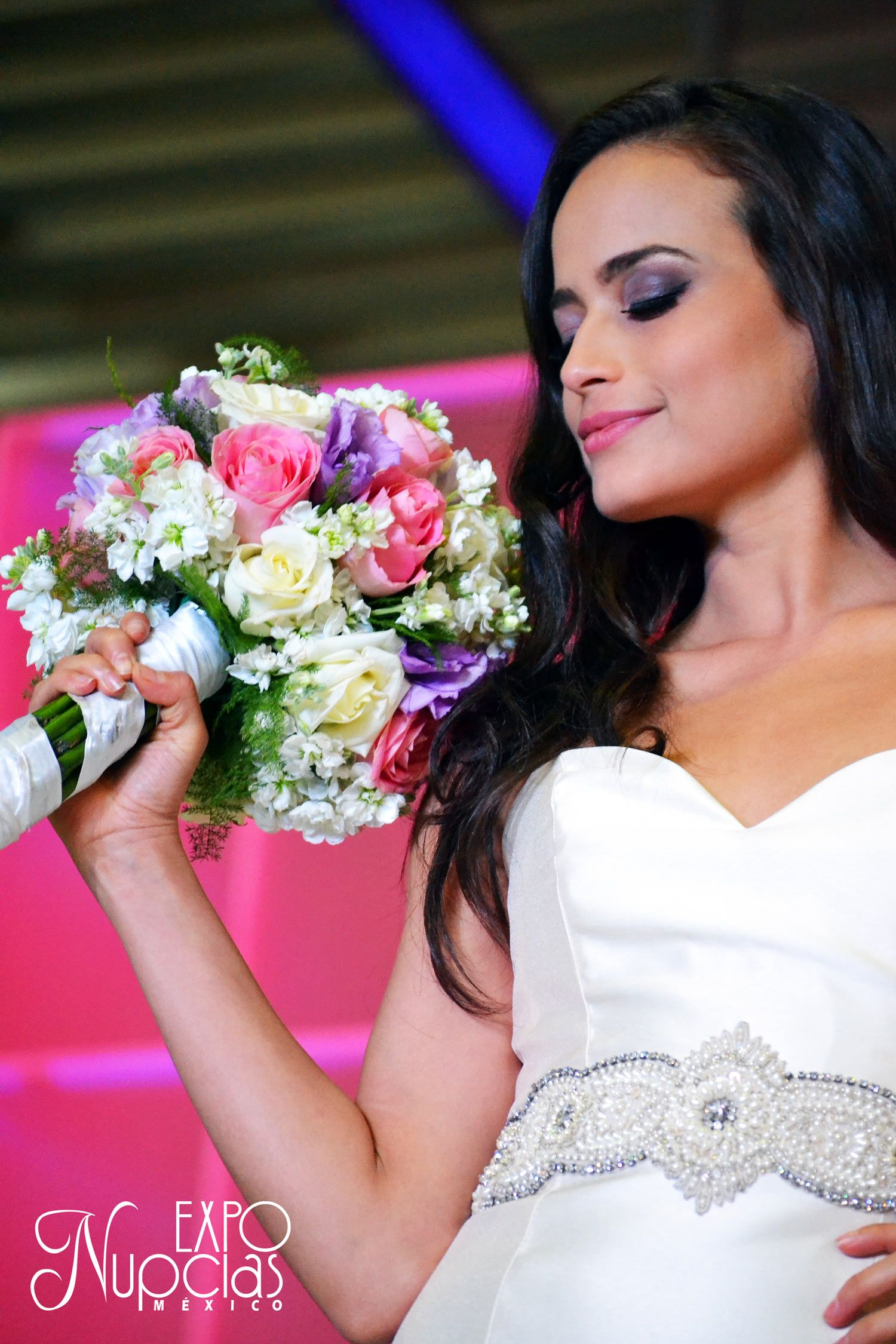Hermoso vestido de novia por Ivory, ramo por central de orquídeas ...