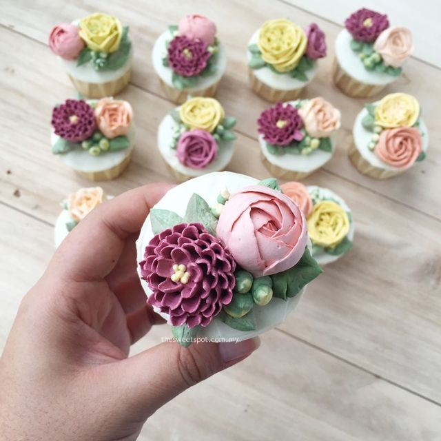 Cake Decorating With Buttercream Flowers : Buttercream Flower Cupcakes http://thesweetspot.com.my Buttercream Flower Cakes Pinterest ...