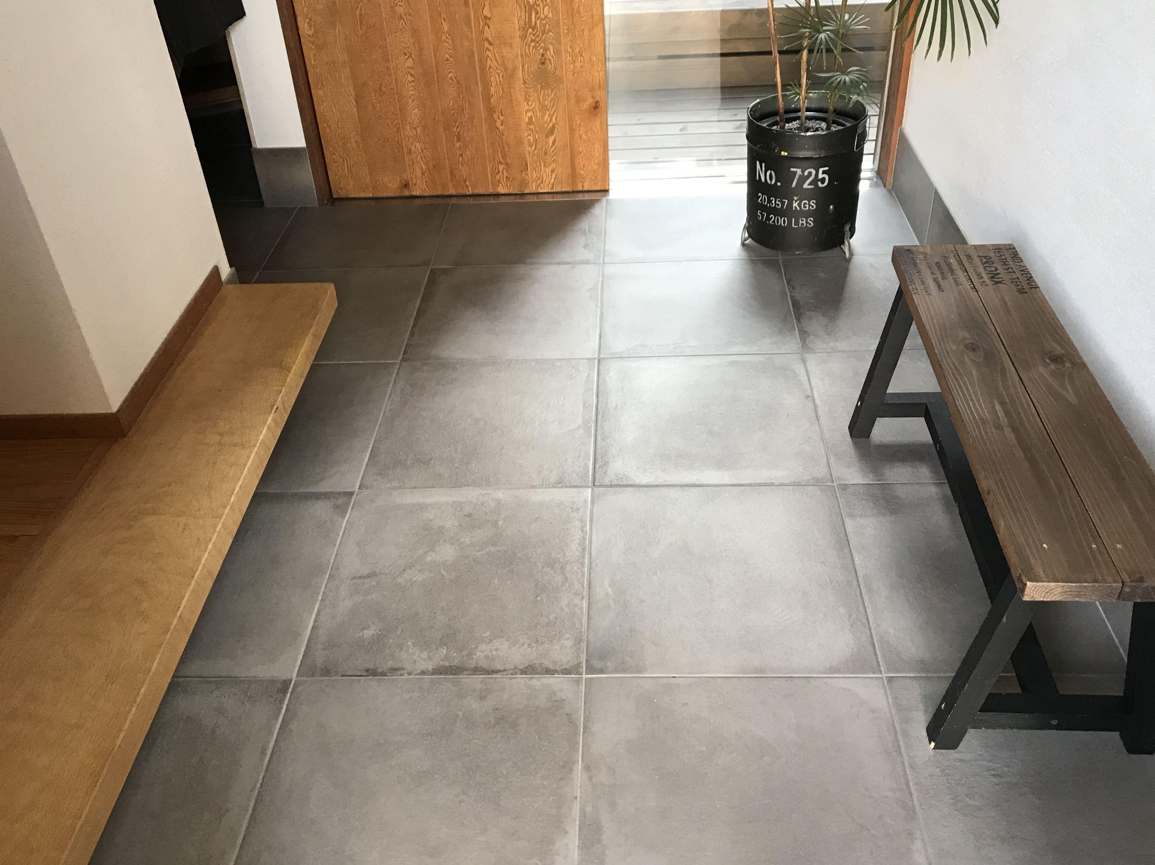 玄関の床材にはどんな種類がある モルタル仕上げからタイルに変更した