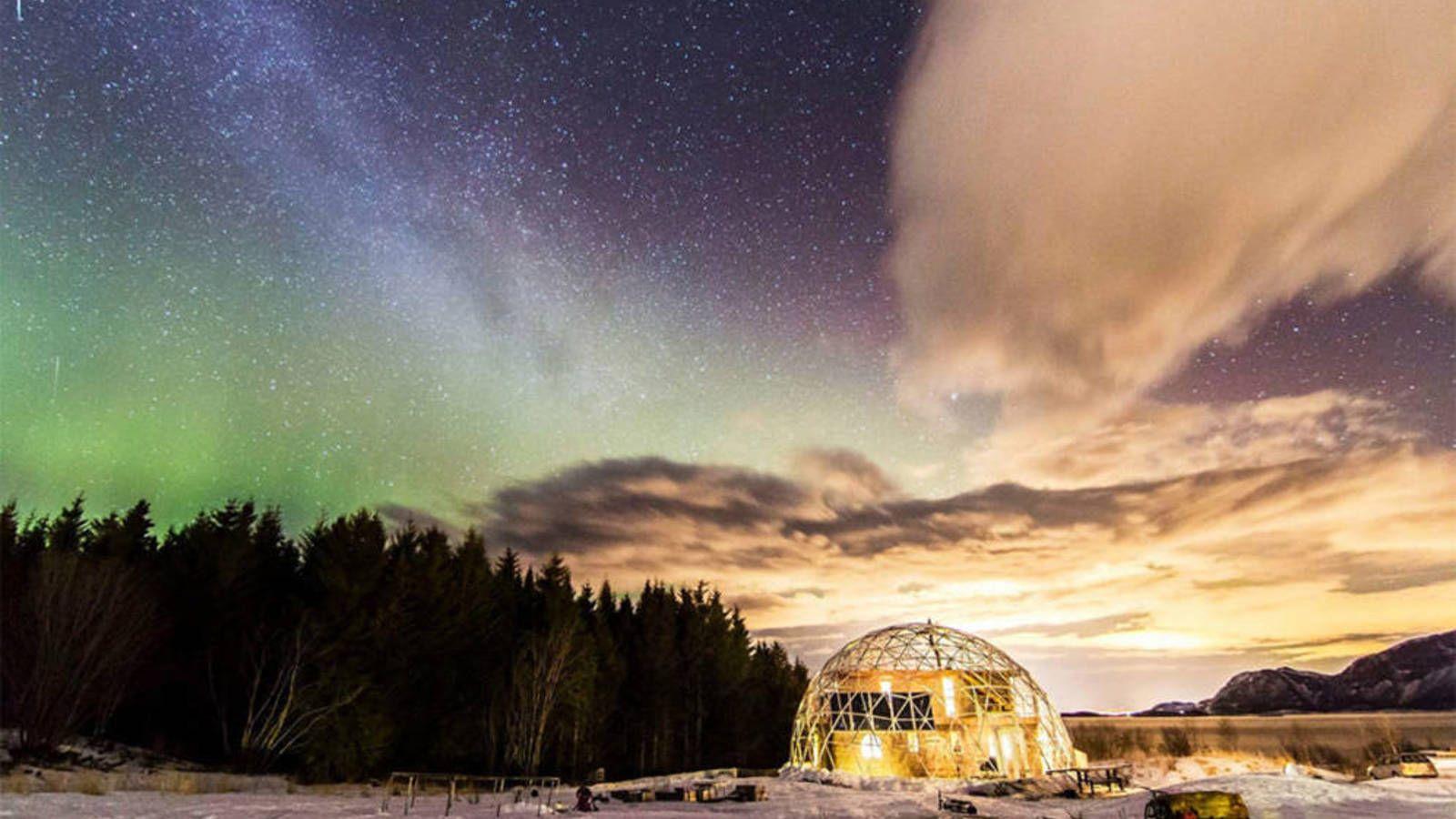 ¿Cómo vive una familia en el Círculo Polar Ártico en una casa con una cúpula geodésica solar?. Fotogalerías de Sociedad. Llevan tres años viviendo la aventura más emocionante de sus vidas: vivir en el Círculo Polar Ártico. Se trata de la familia Hjertefølger. Han elegido una