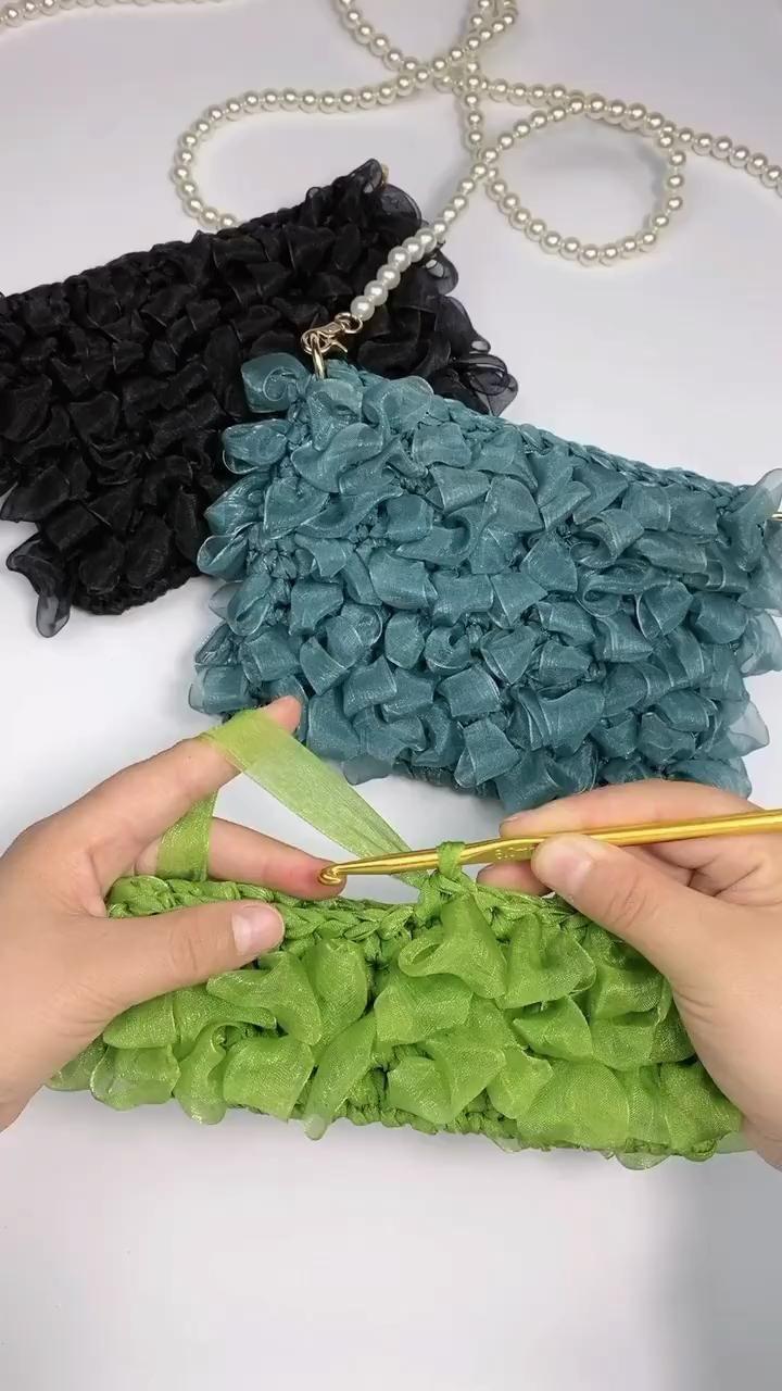 DIY Struktur häkeln und mit Bändchengarn in Szene setzen, um eigene Projekte u. Geschenke selber zu machen. Eine schöne Tasche häkeln. How to crochet structures for your DIY purse,  projects or gifts.