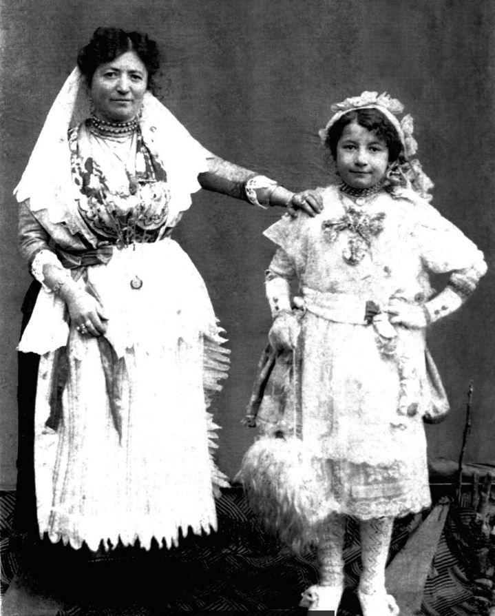 Foto storiche-Agnone 1900: Donna con bambina. Tratta dall' archivio... continua a leggere