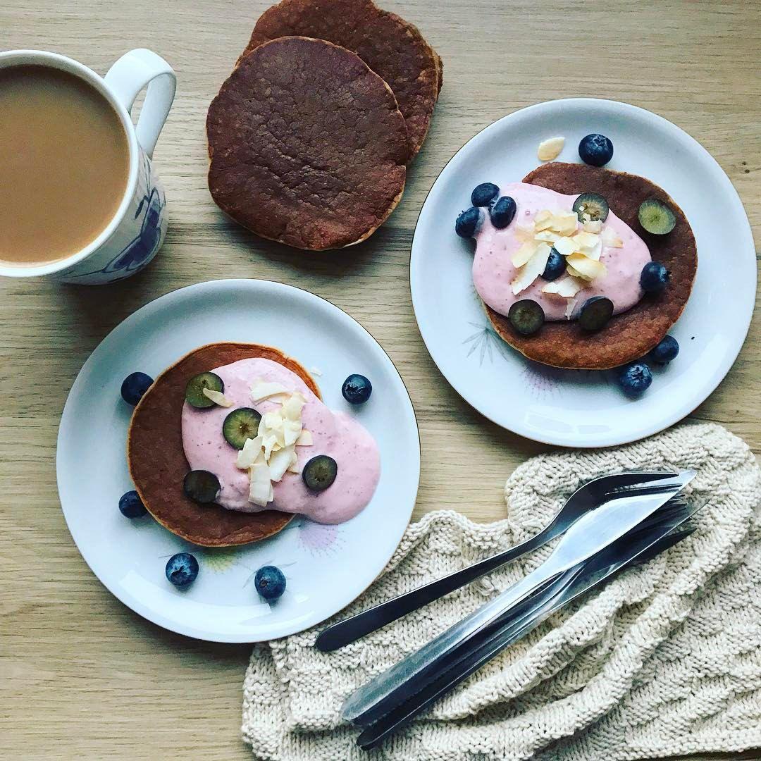 """https://www.instagram.com/p/BPnV7QfALGd/ Madogkaerlighed Bananpandekage. """"hjemmelavet"""" yoghurt med optøede frosne jordbær, dadler og skyr! Virkelig lækkert med et par friske blåbær og lidt kokoschips #pandekager #pancakes #banan #kaffe #coffee #lækkert #familie #hygge #sugarfree #sukkerfri #healthy #foodblog"""