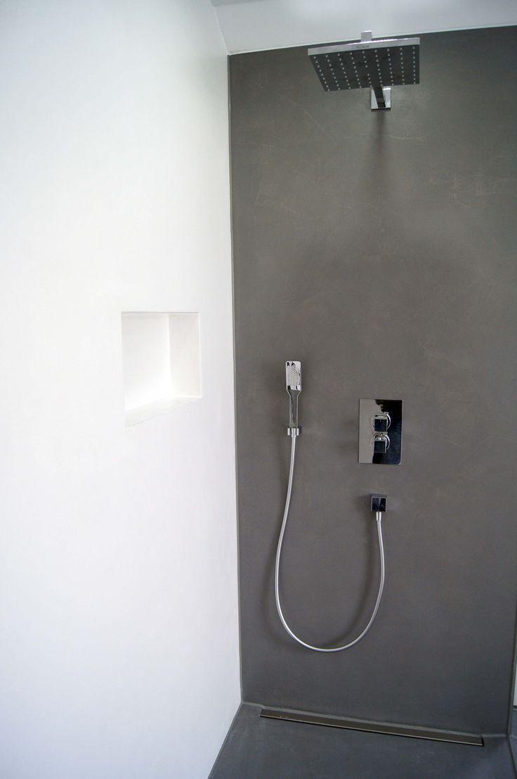 Bad aus gespachteltem Beton in Weiß und Schwarz