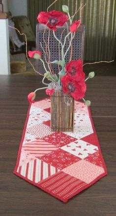 Valentine Kisses Table Runner by QuiltingGranny on Etsy by DeeDeeBean #tischsetnähen