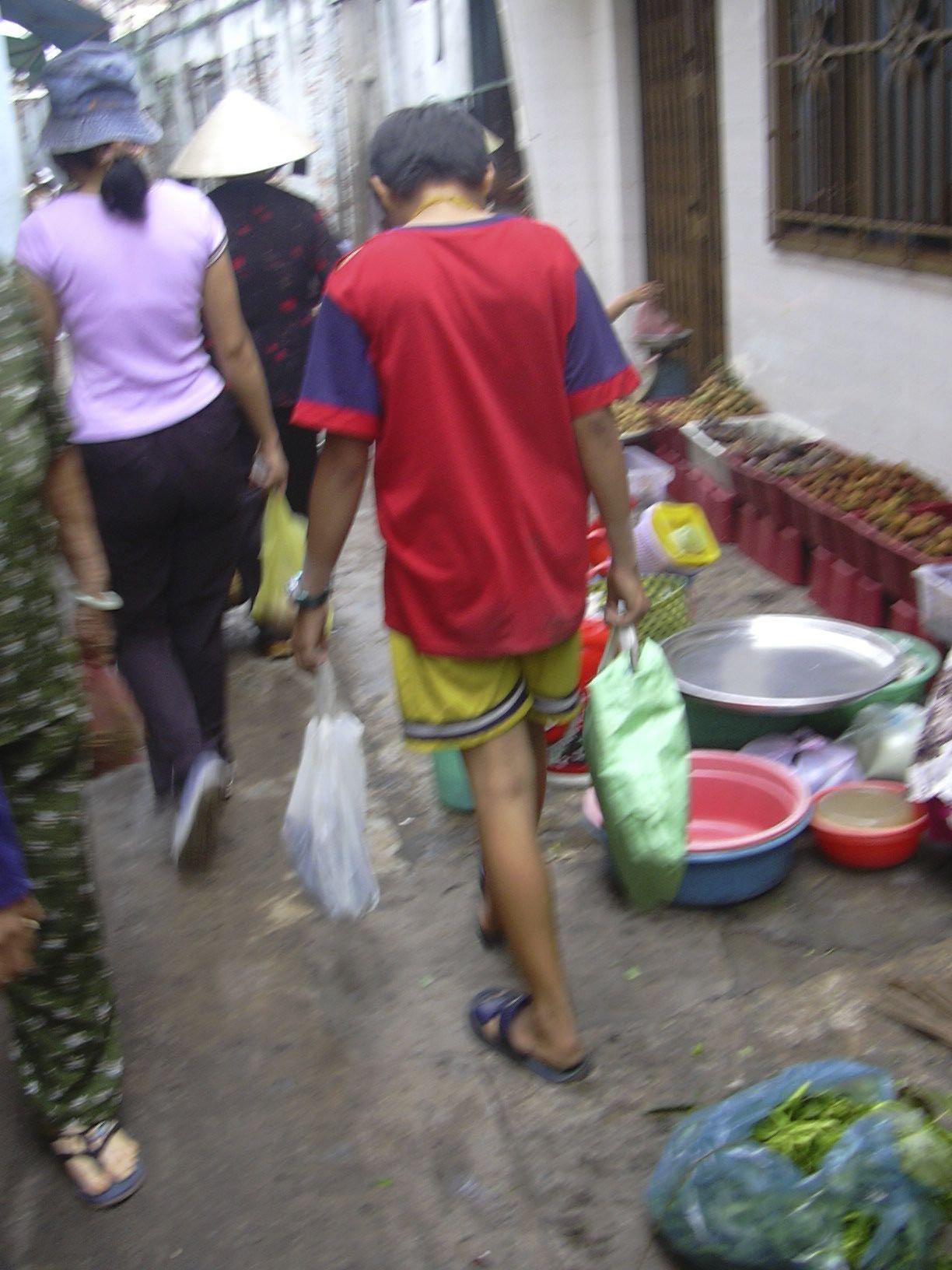 ベトナム、ホー・チ・ミン(2005年)  細い路地の庶民の市場