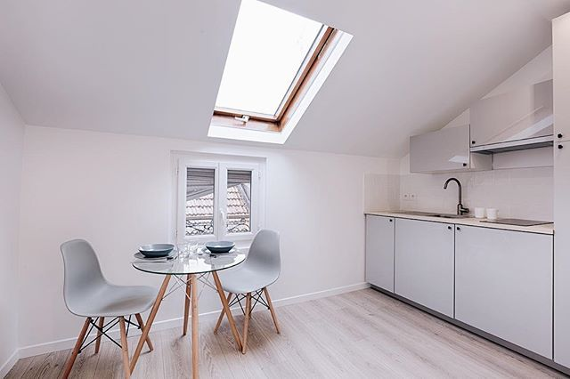 ❄️ . . . . #investissementlocatif #instagood #instadecor #instadesign #interiordesign #interior #architecture #white #scandinaviandesign #design #decoration #potd #picoftheday #white #furniture #paris #france #igers #photography #decoration #lights #lunch #home #homedecor #kitchen #chair