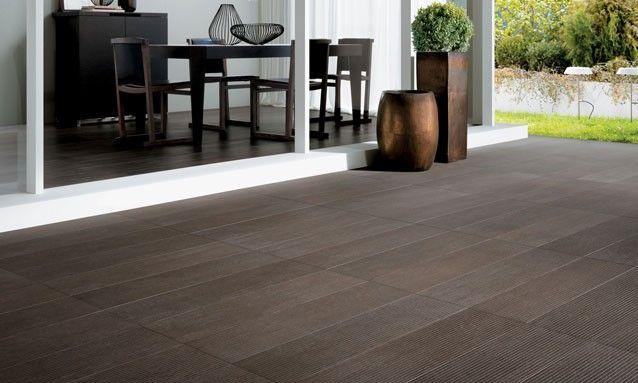Terraza con piso aparente madera castel pergolas y for Terrazas pisos decoracion
