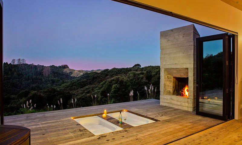 Maison Moderne Avec Baignoires Encastrees Sur La Terrasse Off Grid