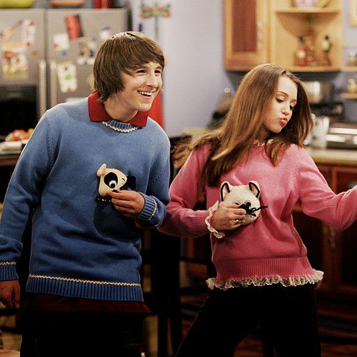 Oliver Miley And Cute Sweaters Con Imagenes Chicos Famosos