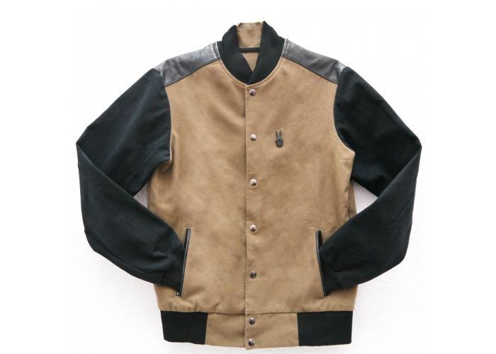Chamarra de algodon con aplicaciones de piel en negro, botones de presion y etiqueta en serigrafia.