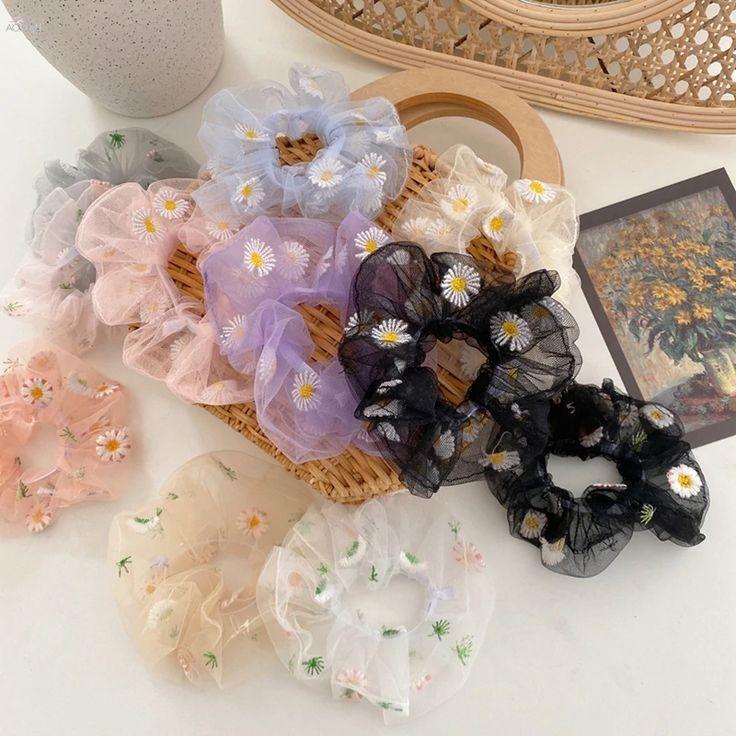 Scrunchies trasparentes y con flores
