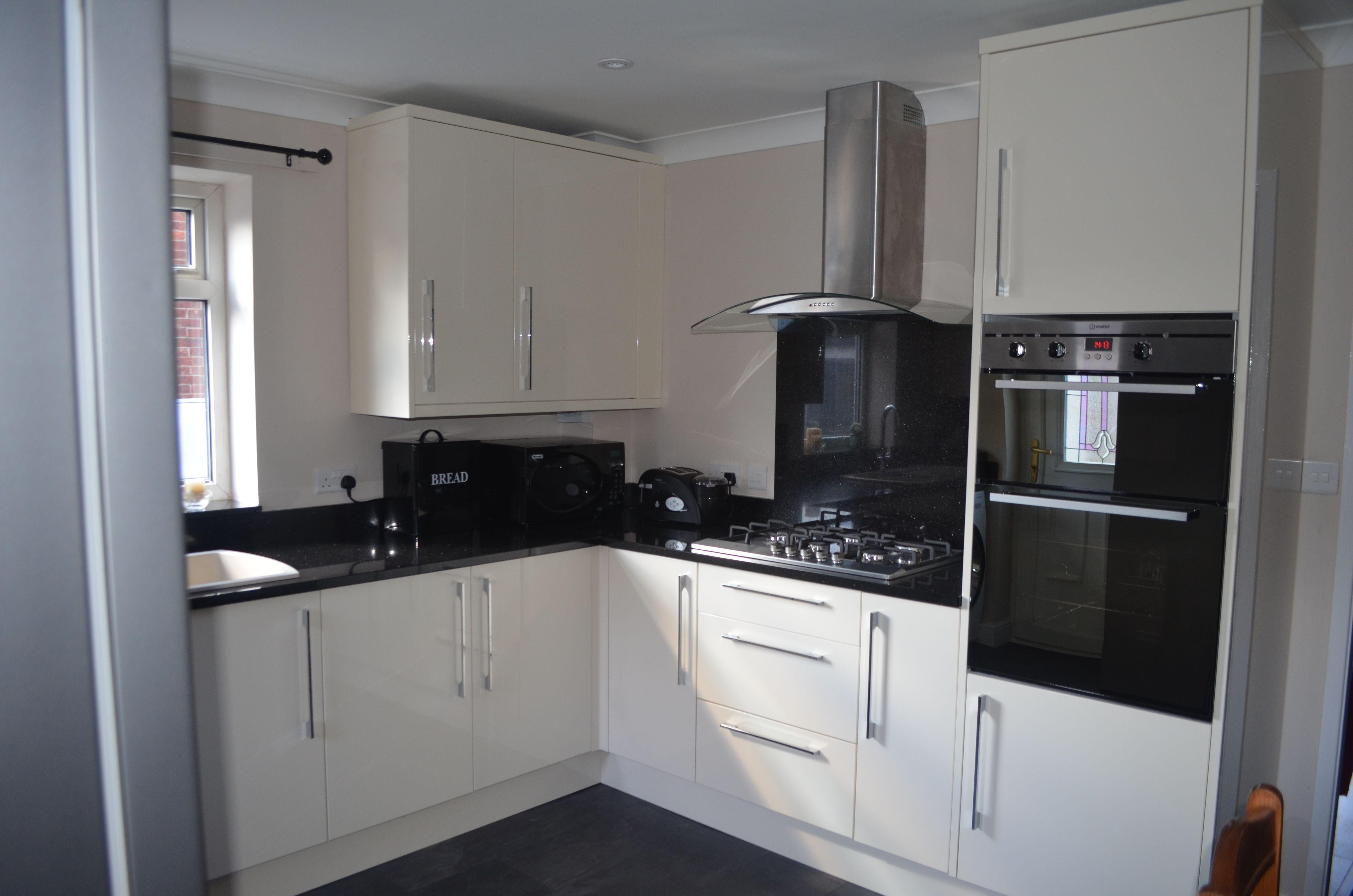 Home kitchen collection kitchen families glendevon family glendevon - Kitchen In High Gloss Cream B Q