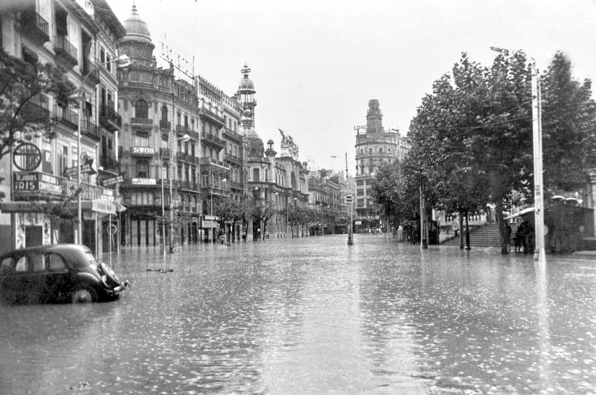 1957 El agua cubri³ la plaza del Ayuntamiento en la riada FOTO EFE