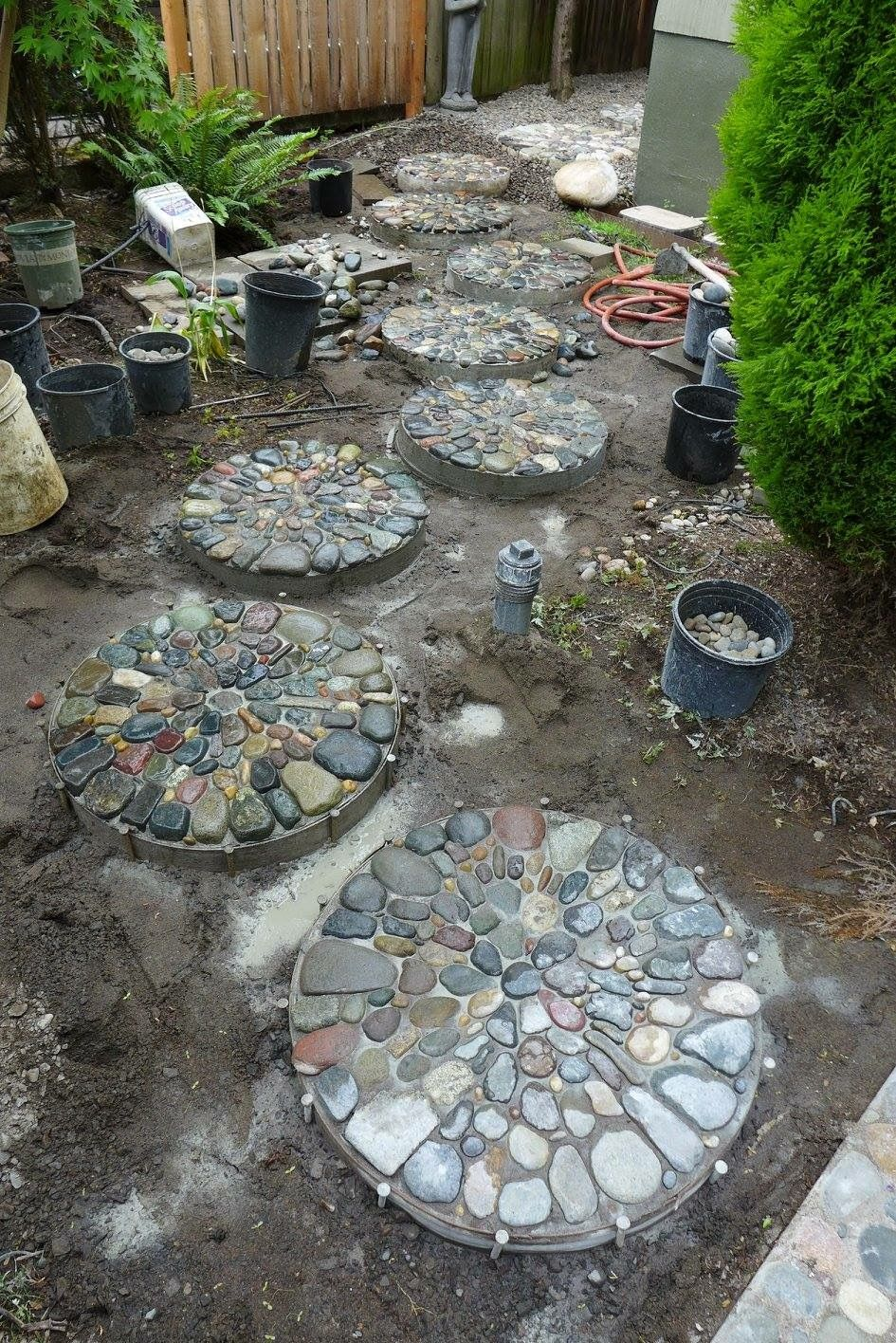 Pebble mosaic stepping stones by jeffrey bale mis for Mosaicos para jardin