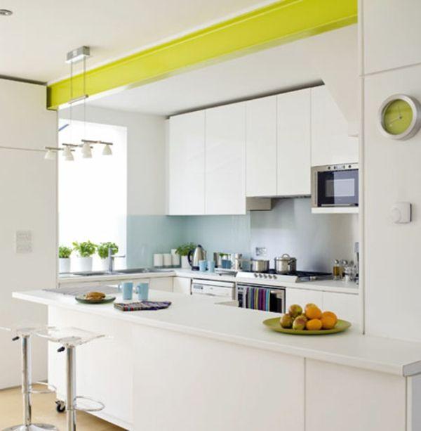 große weiße kochinsel mit barhockern in einer kleinen küche | Wohnen ...