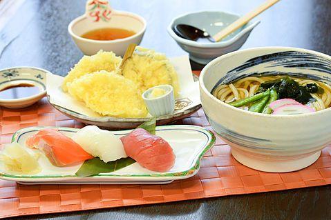 三貫寿司と天ぷらうどん
