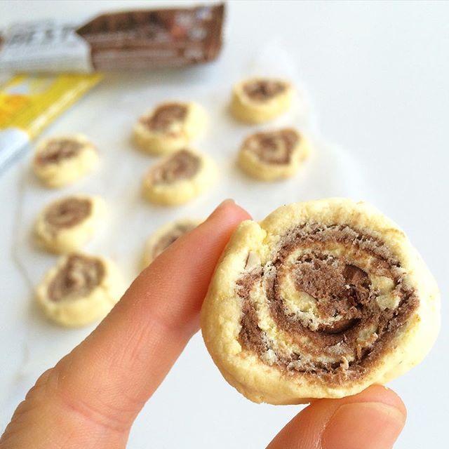 proteinbar-cookies! Vælg dine to ynglings proteinbarer (jeg valgte @bodystore.dk bestbar, double chocolate chunk og lemon cheesecake ) ➡️ varm barerne i ovnen eller mikrobølgeovnen så at de bliver bløde ➡️ brug en kagerulle til at flade barerne ud med (jeg havde bagepapir på hver side af proteinbarerne så at de ikke klistrer)➡️ læg de flade barerne ovenpå hinanden og rull de sammen til en pølse ➡️ skær i skiver med en kniv ➡️ bag i ovnen i ca 5min på 200 grader!