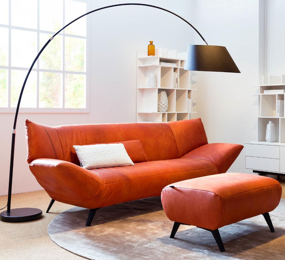Modern design kan ook warm en gezellig zijn. Goossens bank Toulon in rood leder is het levende bewijs - mét bijpassende voetenbank. // Goossens @ Villa ArenA