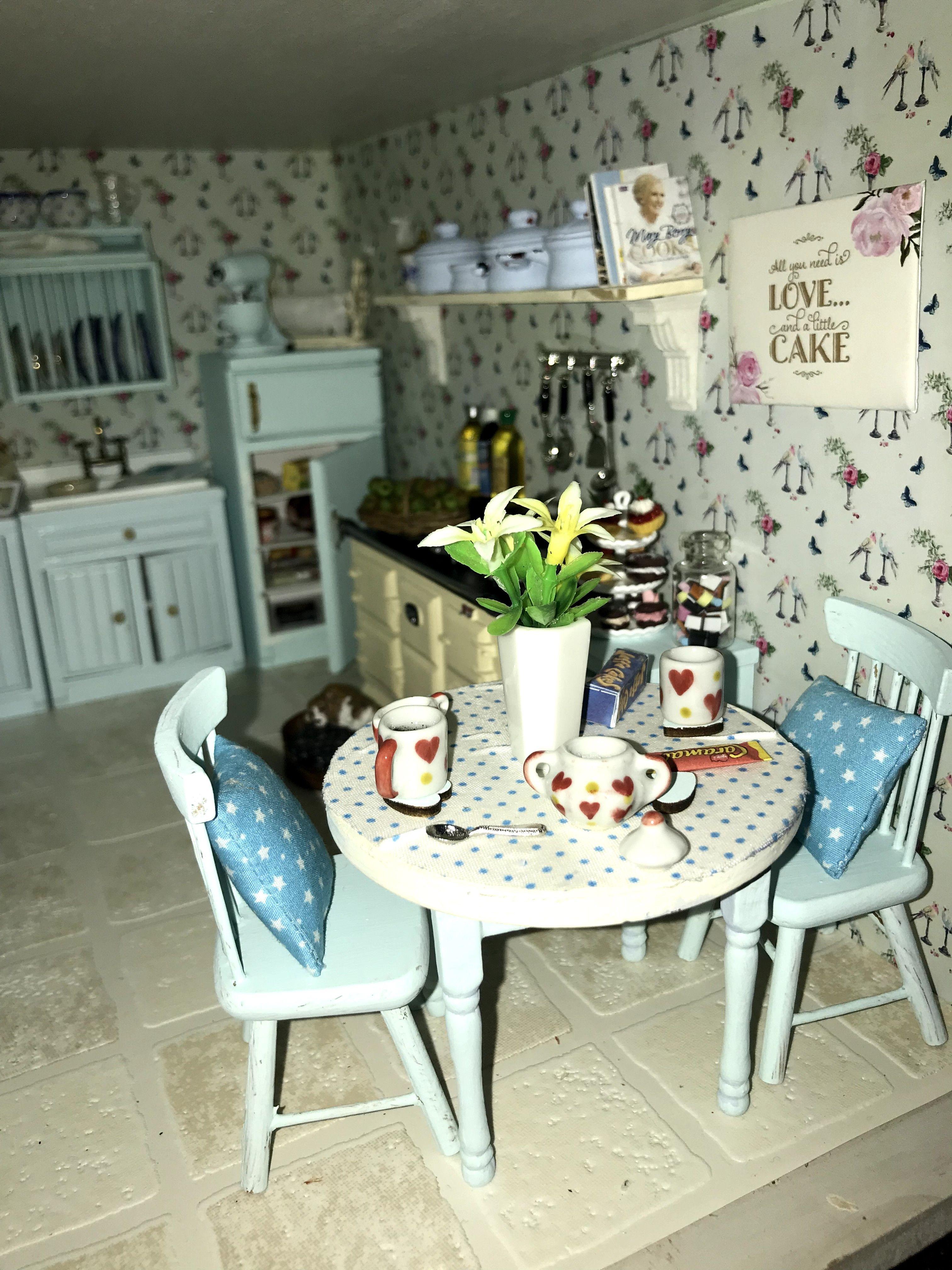 Bonita mesa de cocina en azul-miniatura 1:12 casa de muñecas