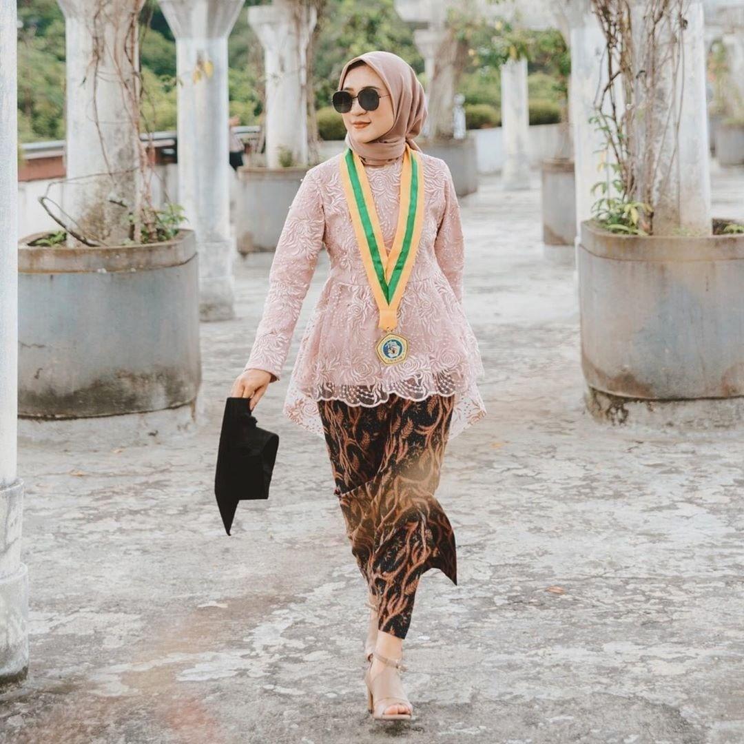"Photo of Graduation   Kebayawisuda on Instagram: ""Temukan inspirasi Style Wisuda mu hanya di @wisudastyle - ________________///_______________ Follow & Tag @wisudastyle untuk berbagi…"""