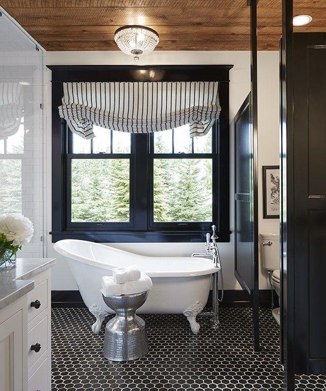上げ下げ窓の持つ可愛らしさ 階段室に作り込まれた開放感あふれる寛ぎスペース インテリアデザイン 浴室リフォーム 白いバスルーム