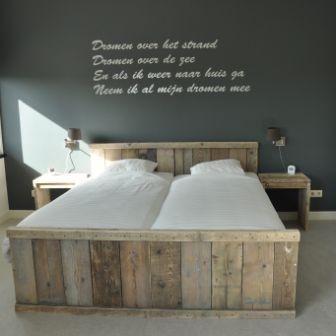 Steigerhout bedden opmaak gemaakt en betaalbaar ish i want this tweepersoonsbed van - Chocolade nachtkastje ...