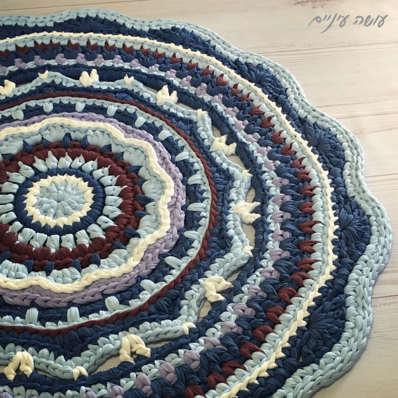 Fazendo olho - carpet Mandala T-malha ||  Osa Einaim - t-shirt de fios trapillo crohet mandala tapete