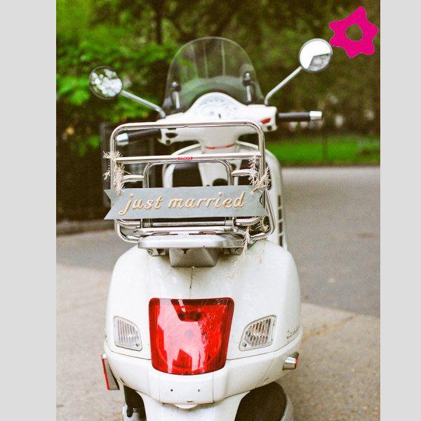 """Placas """"Just Married"""" para o transporte dos noivos. #casamento #mota"""