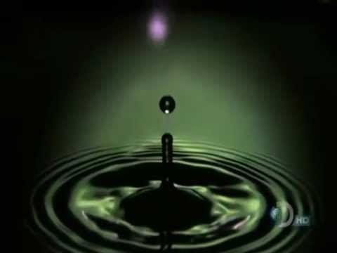 """11. Walk Unafraid Up  (1998) Fast stakkatoartig erzählt Stipe die Geschichte eines Außenseiters, der sich nicht geschlagen geben will: """"Everyone walks the same/ Expecting me to step/ The narrow path they've laid/ They claim to/ Walk unafraid/ I'll be clumsy instead/ Hold my love me or leave me high …"""" Da fanden sich natürlich viele R.E.M.-Fans wieder, denn dies ist ja die Band für die Nerds – für die, deren Frisuren immer schlecht saßen, die in der Schule ausgelacht wurden und doch wussten…"""