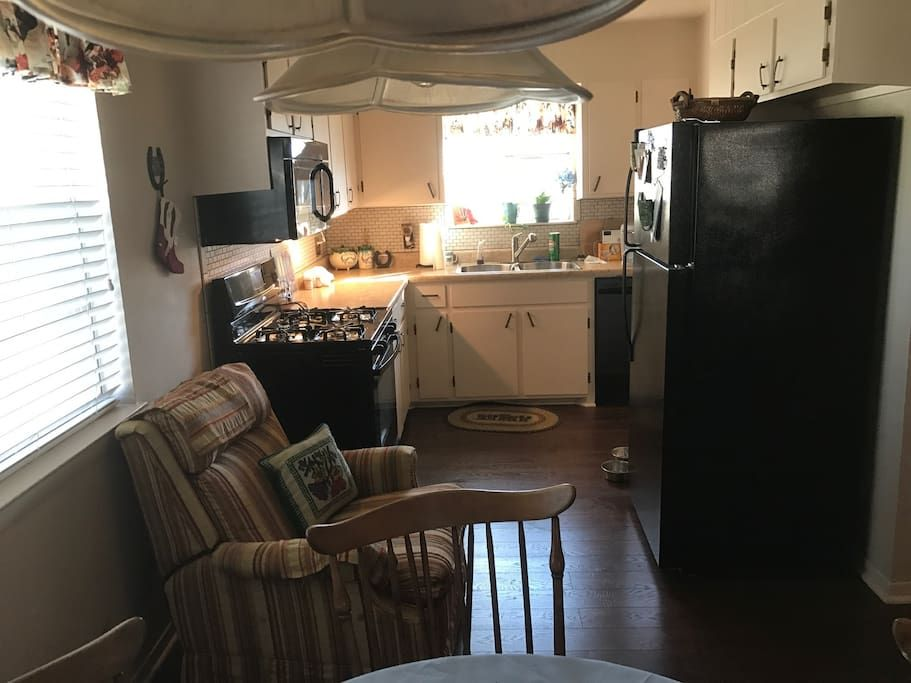 in Llano, US. Beautiful remodeled apt with hardwood and tile floors.  Decorated in western style with a wood burning fireplace. One block from Courthouse, movie theatre, restaurant, shopping and Fuel Coffee House.
