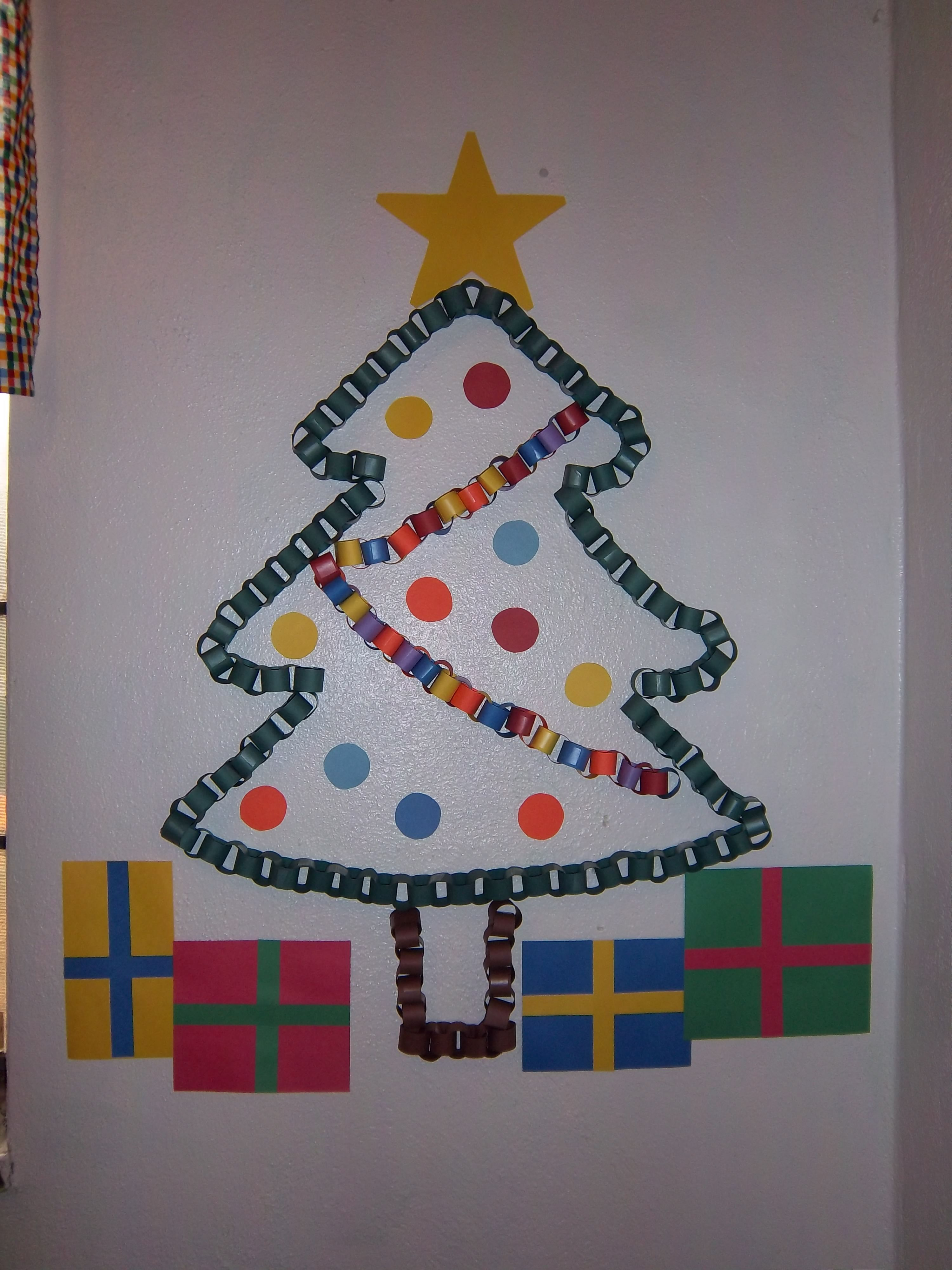 Construction Paper Ring Christmas Tree Classroom Decorations Christmas Paper Christmas Crafts