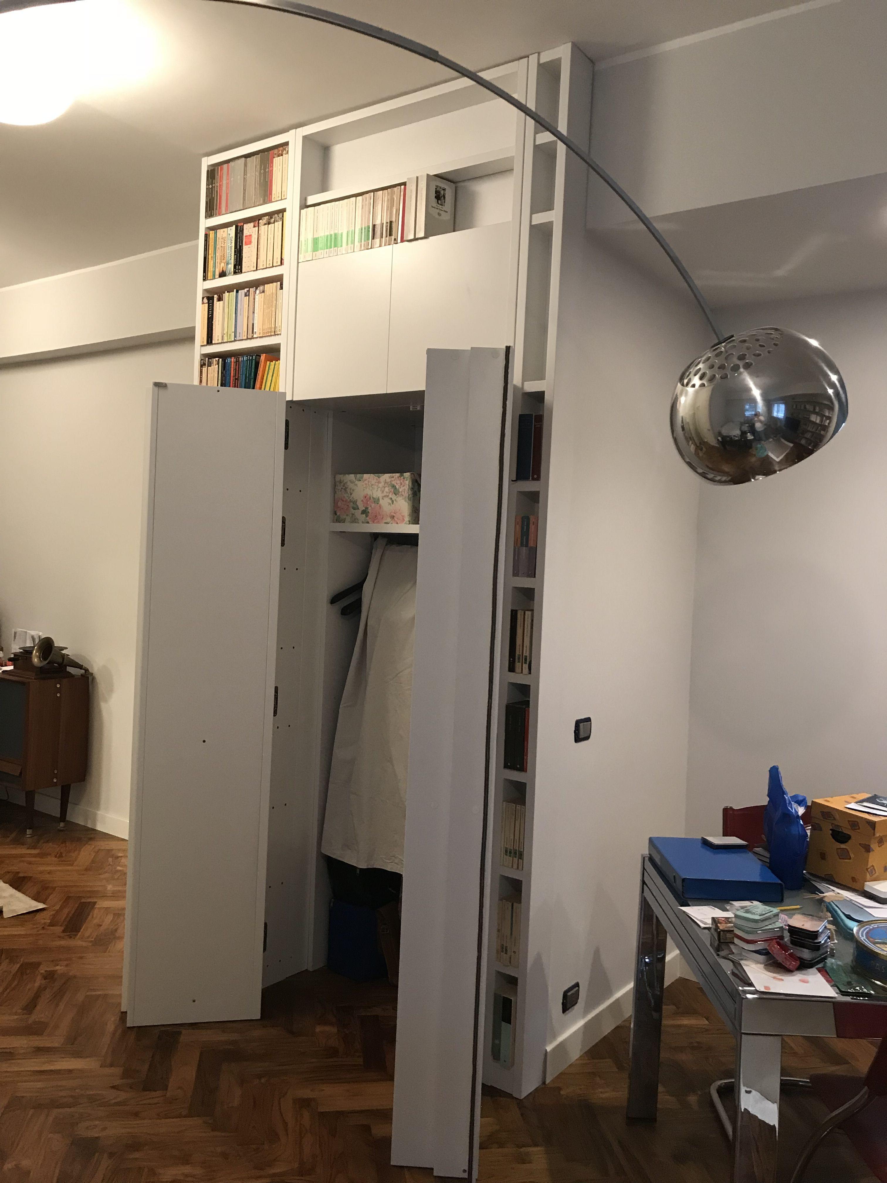 Libreria aperta con cabina armadio dietro Letti bassi