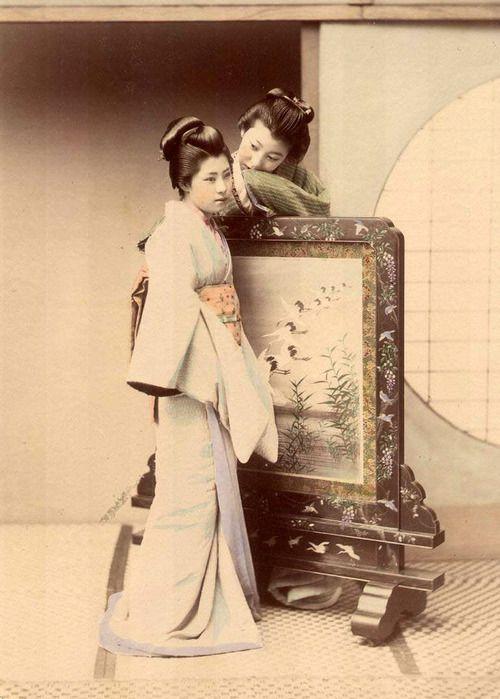 Whispering, photograph by Kusakabe Kimbei(日下部 金兵衛).
