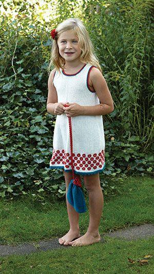 87b320dfa969 En strikkeopskrift på en sød strikket kjole med et fint mønster forneden og  en lille matchende