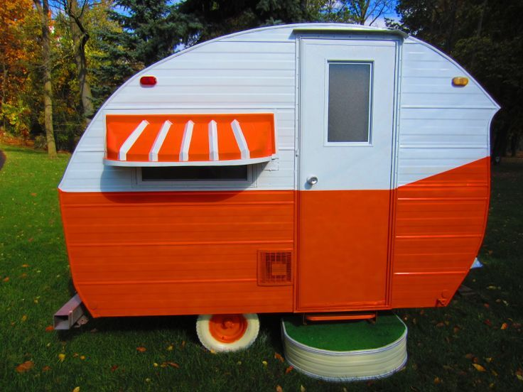 What a gem of a vintage caravan! and in Tennessee colors too!