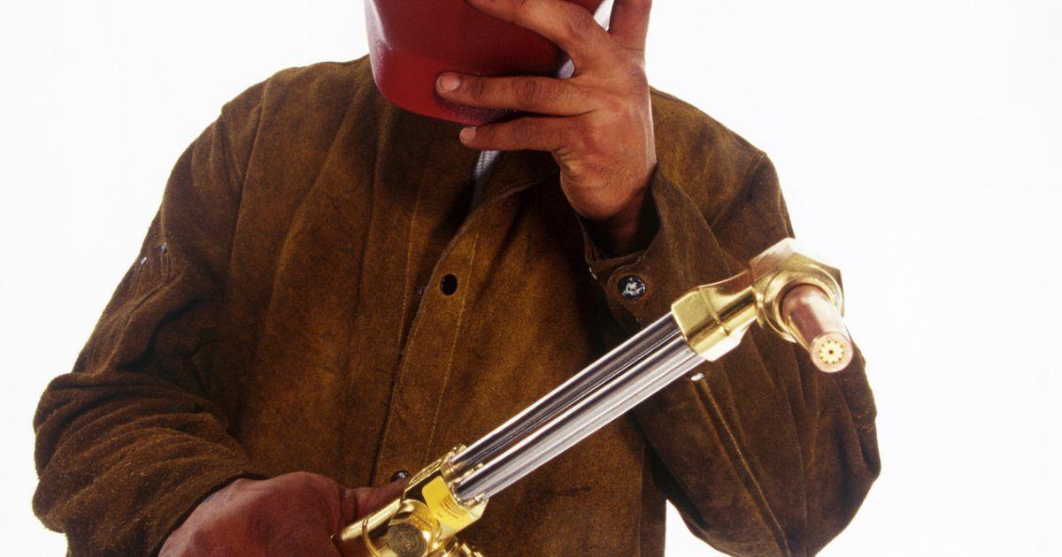 Cómo probar un termistor. Los termistores son resistencias que se ajustan a los cambios de temperatura. Se utilizan en circuitos y aplicaciones semiconductoras. Si falla, es probable que el circuito en si funcione mal también. Desde que los termistores fueron diseñados para ser sensibles a la temperatura, probarlos implica la aplicación de calor.