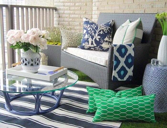 balkon deko glastisch rund holzbeine musterteppich gr ne kissen flechtm bel musterkissen. Black Bedroom Furniture Sets. Home Design Ideas
