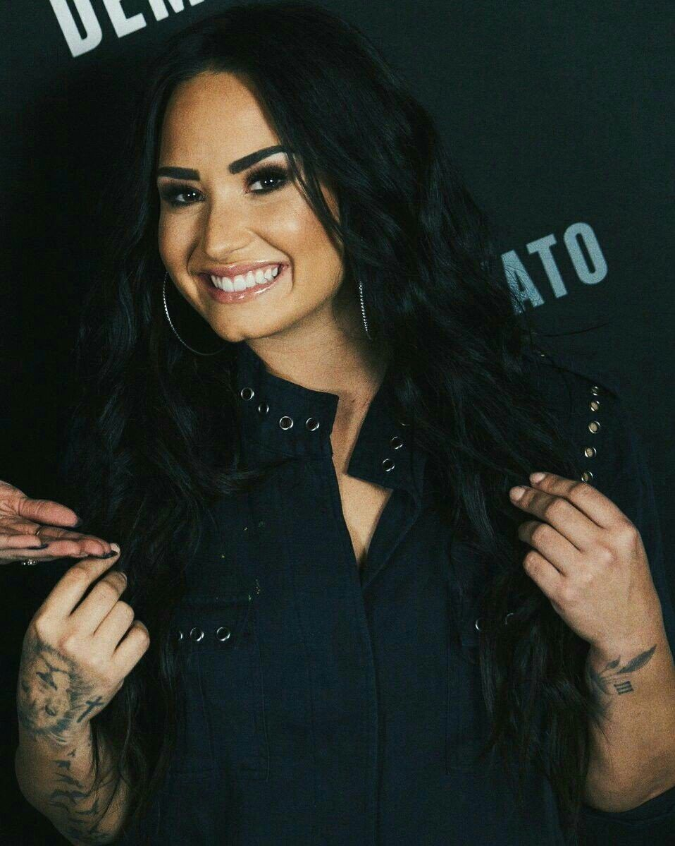 Demi Lovato Attending Fans Behind The Scenes At Tell Me You Love Me Tour Of The Show In San Diego Ca Meet Greet Feb Demi Lovato Pictures Demi Lovato Demi