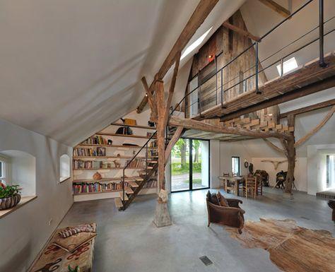 Woonboerderij met trap en loopbrug gemaakt van oude spoorrails en