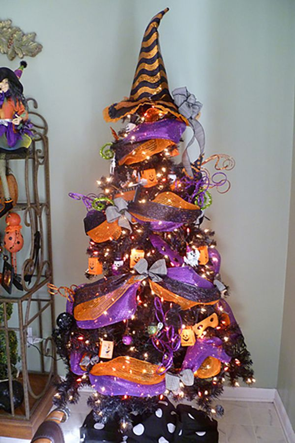 15 Ways to Decorate Your Christmas Tree for Halloween | Witches ...
