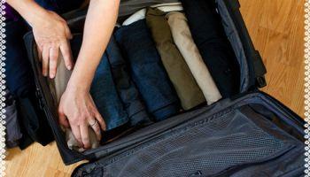 ¿No te queda espacio en la maleta? El truco de los rollitos de ropa