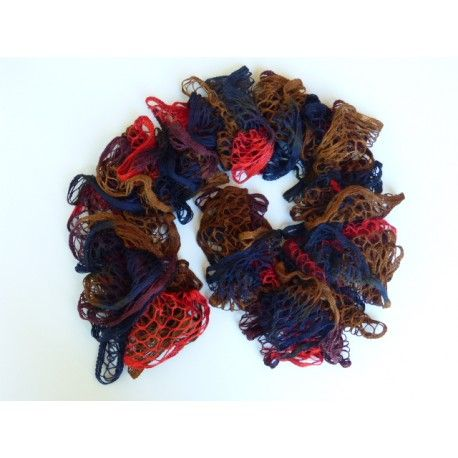 Echarpe femme tricoté main en laine froufrou aspect volant, très belle écharpe, élégante, ultra douce et agréable à porter de couleur multicolore rouge, marron, bleu marine et prune.....Elle mesure 102 cm, 100 % acrylique.