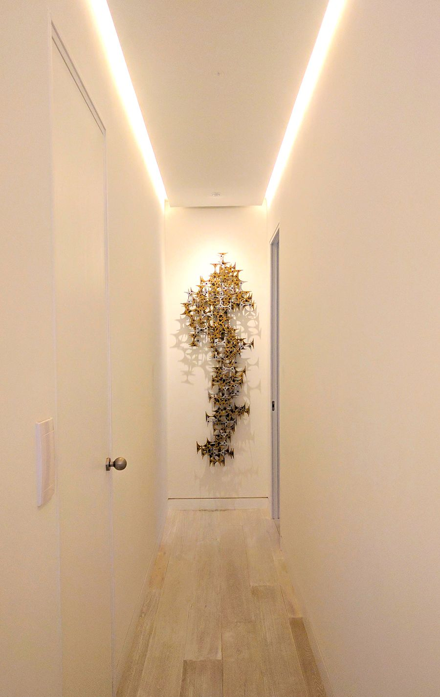 Pasillo con iluminaci n indirecta mediante tira de led oculta en la fosa del techo escultura - Iluminacion indirecta led ...
