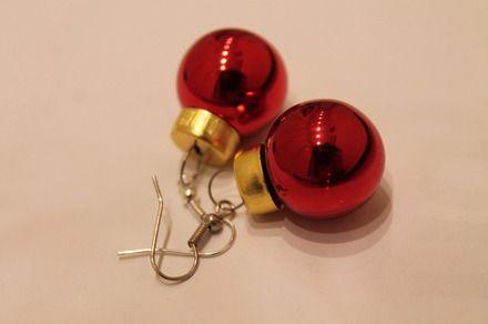 Adorabili orecchini pendenti realizzati con mini decorazioni sferiche di colore rosso. Diametro di circa 1,5 cm  Non i soliti accessori moda. Stupisci tutti la notte di Natale  - 11595713