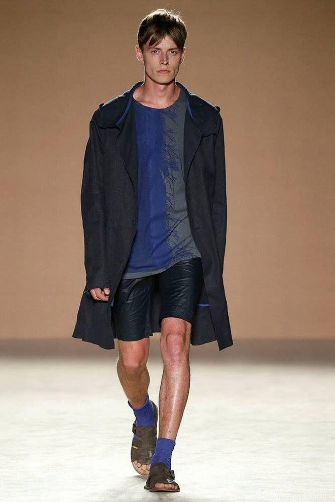 Del negro total al azul más intenso, la colección Spring/Summer 2017 de Josep Abril apuesta por las toalidades agrestes para la próxima temporada