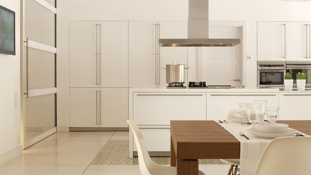 Blanco mate tiradores largos verticales y horizontales - Cocina blanca mate ...