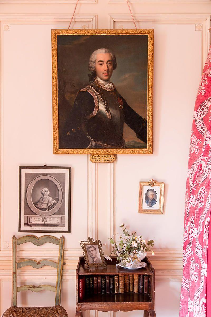 La chambre Louis XVI avec le portrait de Claude Marie de Lastic, Château de Cas, Espinas